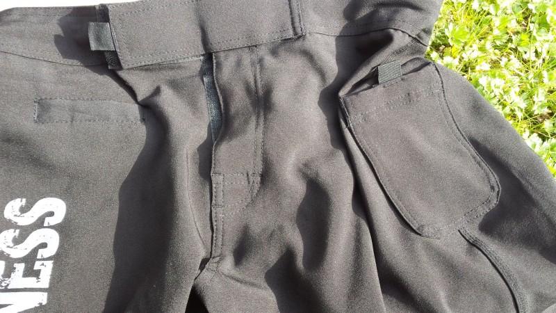 Die Hose ist mit zwei Taschen ausgestattet