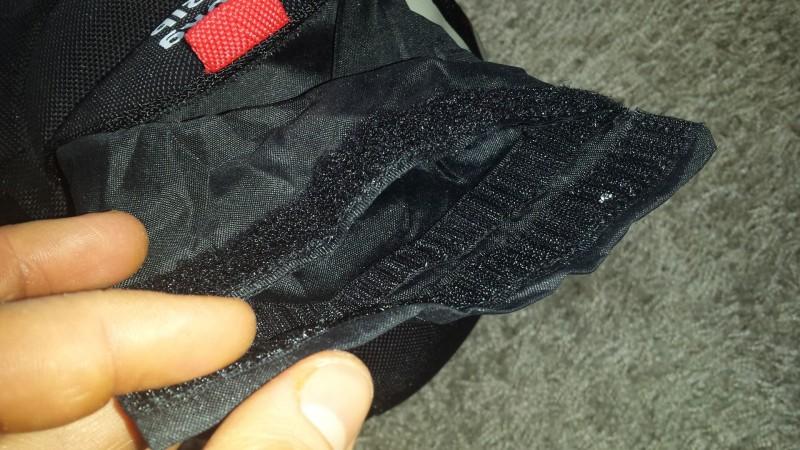 Der Sand befindet sich in einer Innentasche mit doppeltem Klettverschluss
