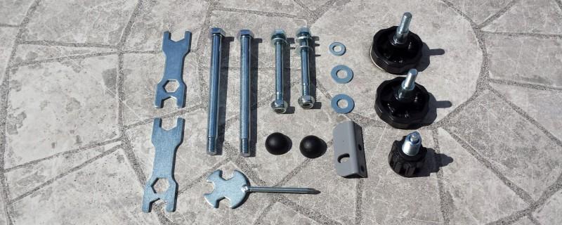 Neben Schrauben sind auch Werkzeuge für die Montage enthalten