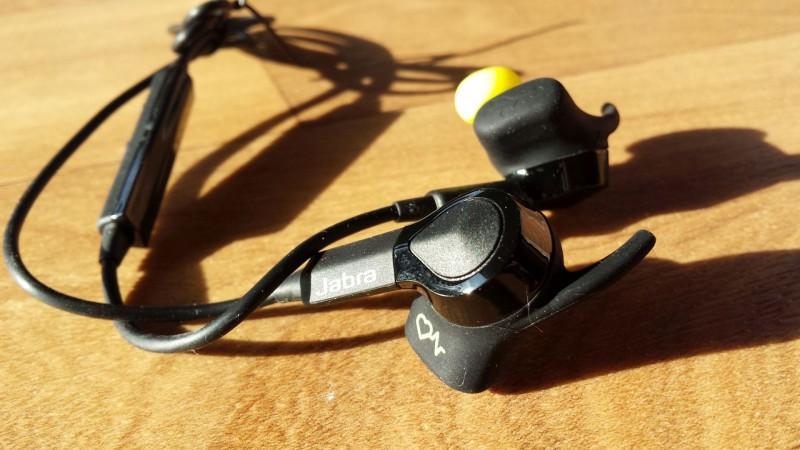 Die Ohrstecker des Jabra Sport Pulse Wireless in der Nahaufnahme