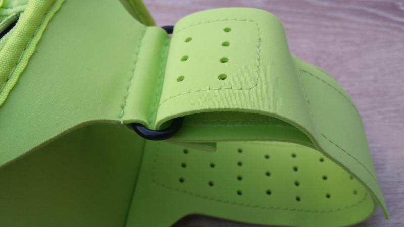 Das geschlossene Armband des Plantronics BackBeat FIT in der Nahaufnahme