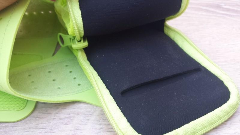 Blick in die Tasche des Plantronics BackBeat FIT