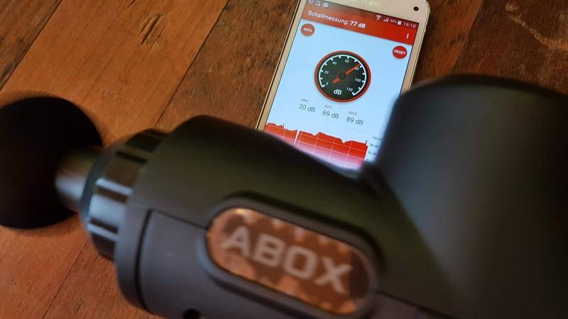 Lautstärke der ABOX Massagepistole im Test mit dem Dezibelmesser
