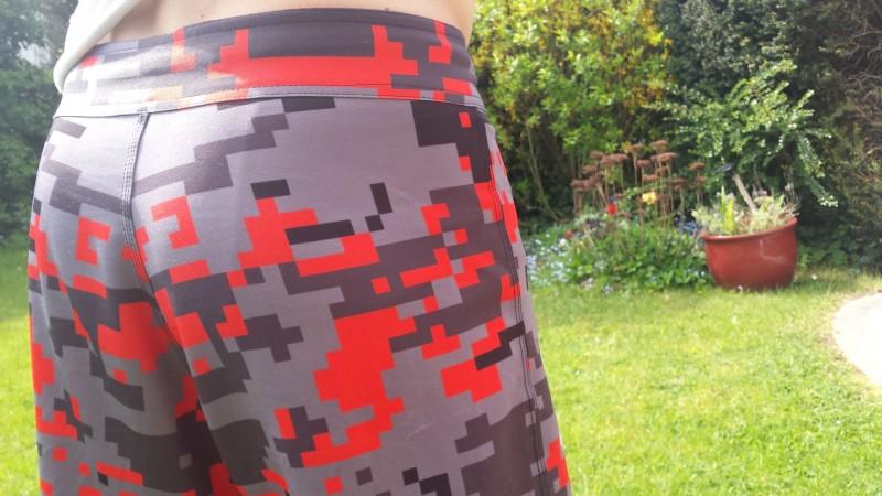 Rote Trainingshose von AMRAP Fitness - getragen von hinten