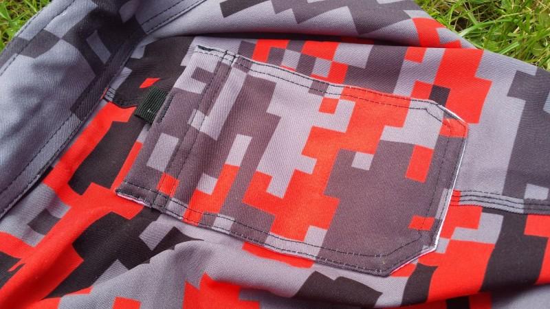 Linke Tasche an der Außenseite