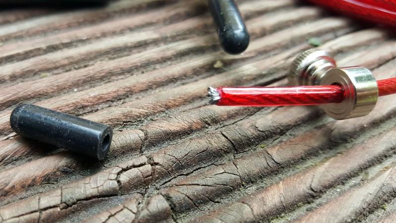 Das AMRAP Solid Black hat eine Litze aus Stahl mit roter Ummantelung aus Kunststoff