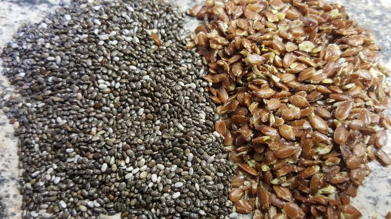 Die Samen im Vergleich (Links: Chia Samen / Rechts: Leinsamen)