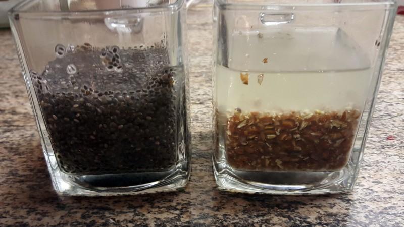 Quellfähigkeit von Chia und Leinsamen - 15 Gramm mit Wasser nach etwa 3 Stunden
