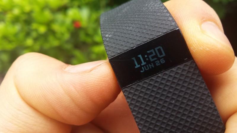 Der Fitbit Charge HR wird über einen Knopf an der Seite oder das Display gesteuert