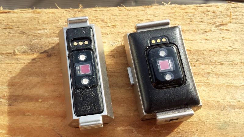 Die HR-Sensoren der Geräten sehen optisch etwas unterschiedlich aus (Links: Alta HR, Rechts: Charge 2)