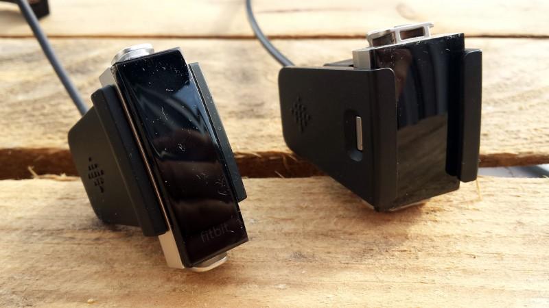 Ladestationen mit den Geräten - Links: Alta HR, Rechts: Charge 2