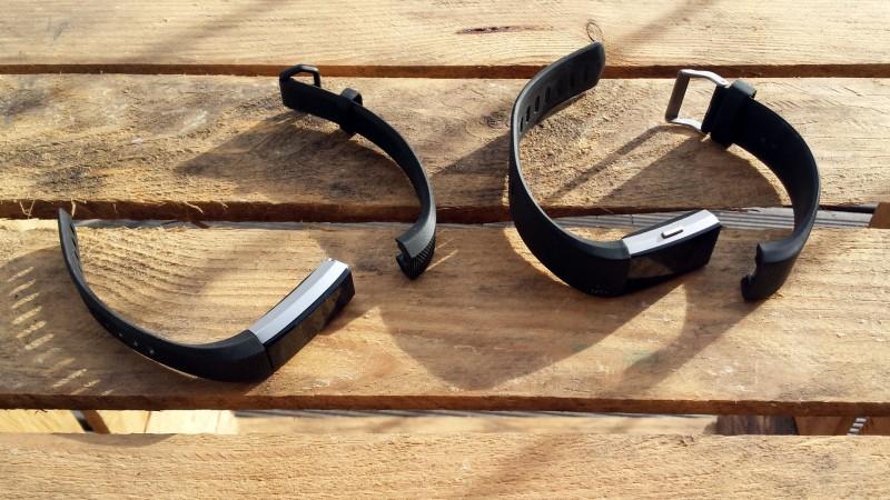 Bei beiden Geräten lassen sich die Armbänder wechseln (Links: Alta HR, Rechts: Charge 2)