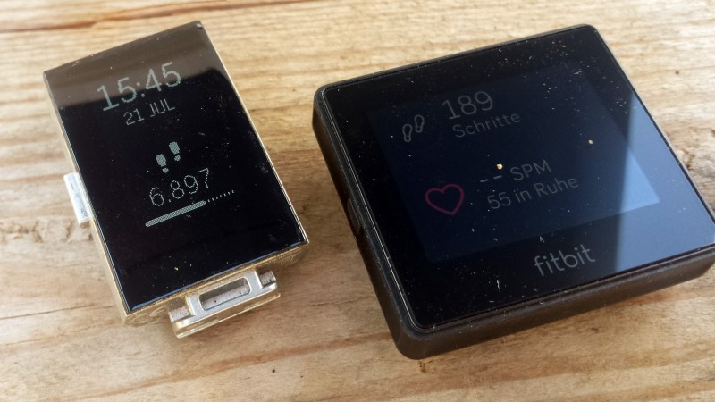 Die Displays der beiden Geräte. Links Charge 2, rechts Blaze