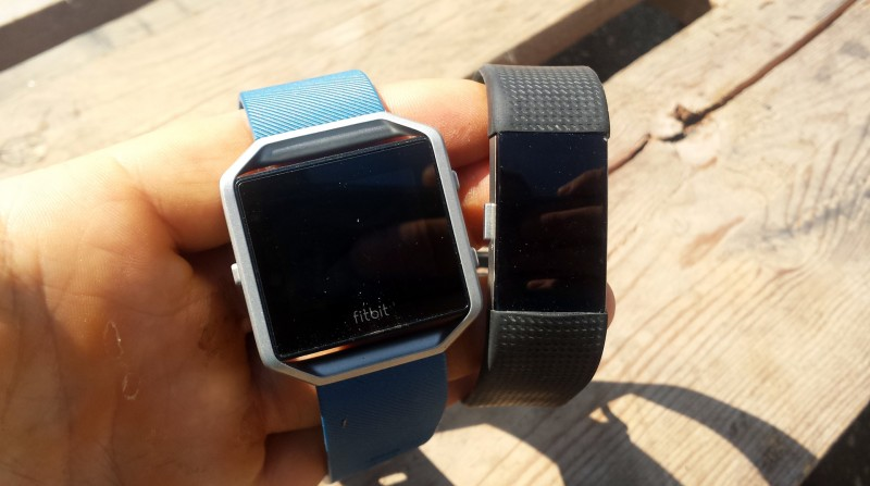 Links Fitbit Blaze / Rechts Fitbit Charge 2