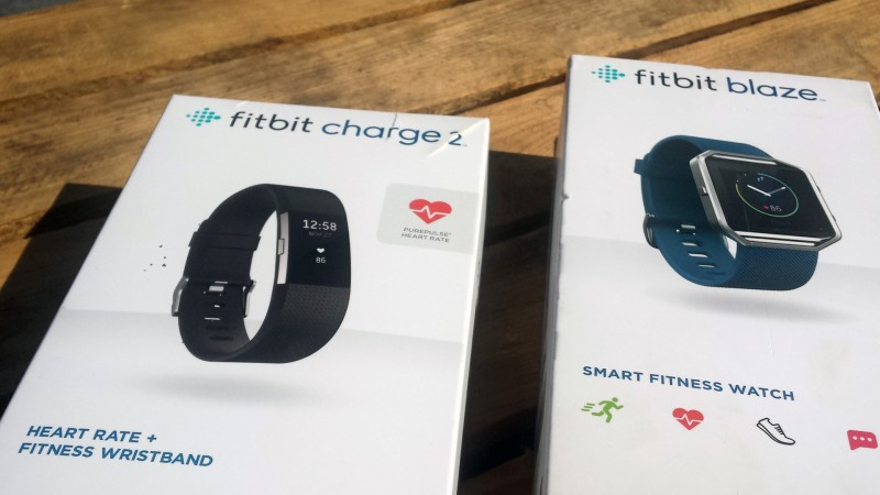 Verpackung vom Fitbit Charge 2 sowie Blaze