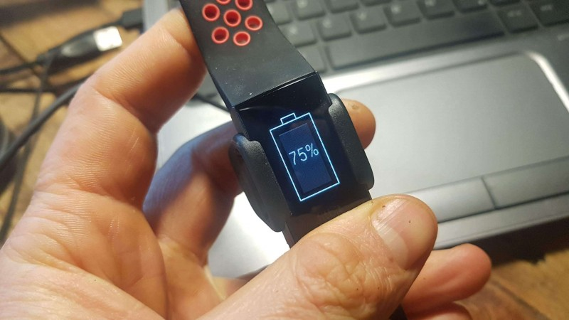 Fitbit Charge 3 in der Ladestation