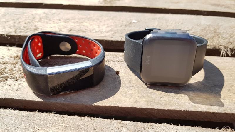 Fitbit Charge 2 und Versa aus der frontalen Sicht
