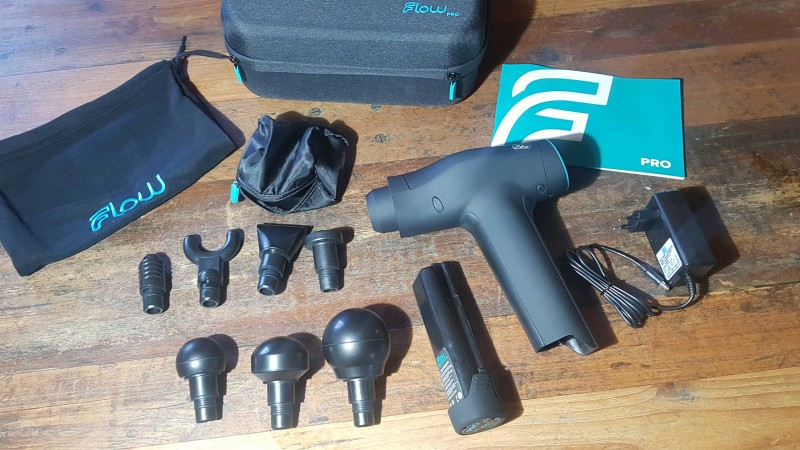 Der Komplette Lieferumfang der Flow PRO Massagepistole