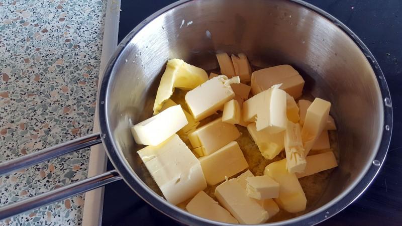 Anschließend kommt die Butter in den Top