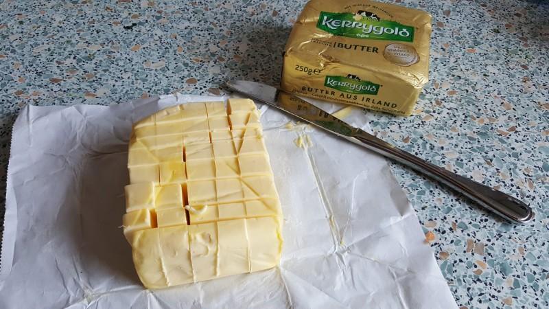 Zuerst wird die Butter in kleiner Stücke geschnitten
