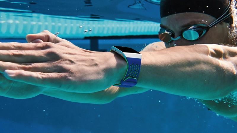 Das Fitbit Ionic ist wasserdicht und hat eine HR-Funktion