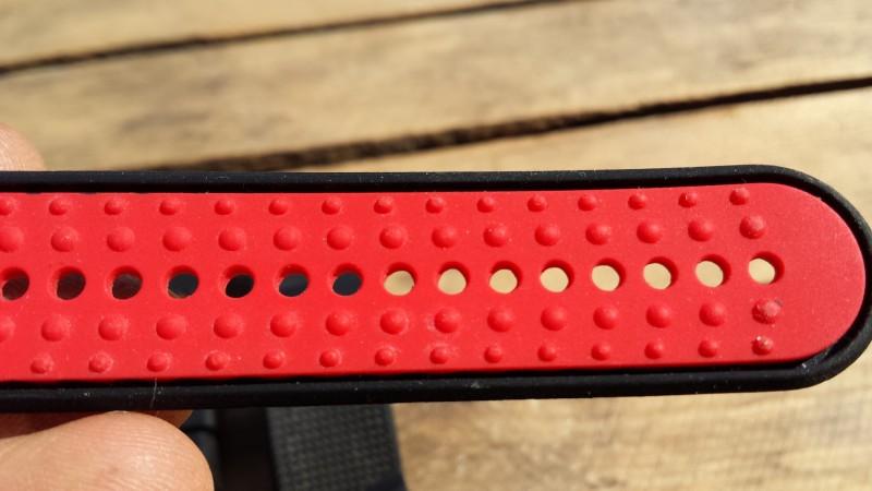 Das Fitbit-Armband von MoKo hat Anti-Rutsch-Noppen