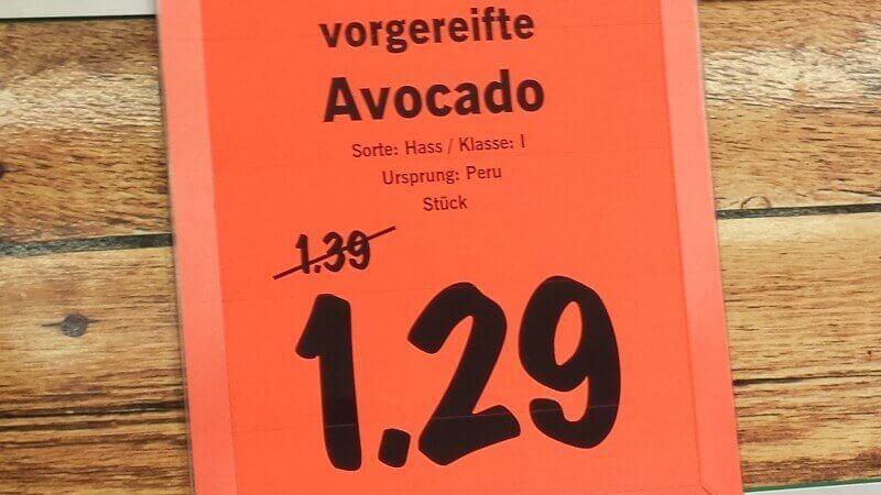 Auf dem Preisschild ist in der Regel die Sorte der Avocado ausgewiesen - Hier: Hass Avocado