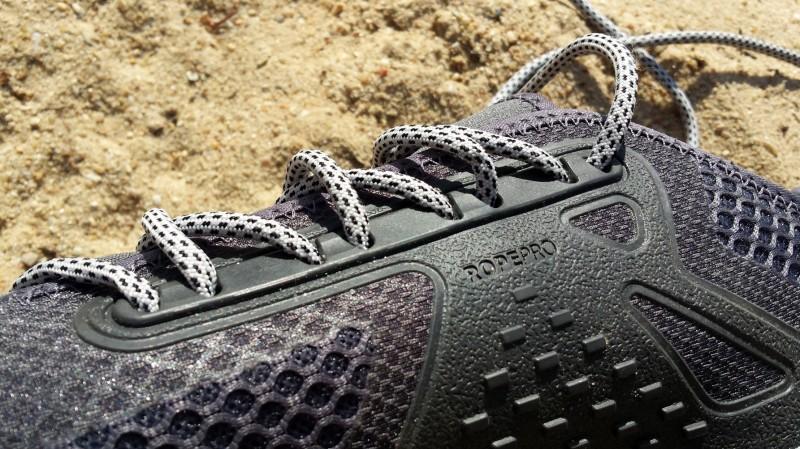 Die Schnürsenkel sind sehr fest am Schuh verarbeitet