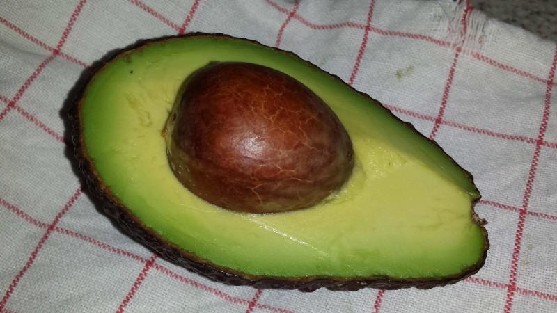 Reife Hass-Avocado - Aufgeschnitten mit Kern