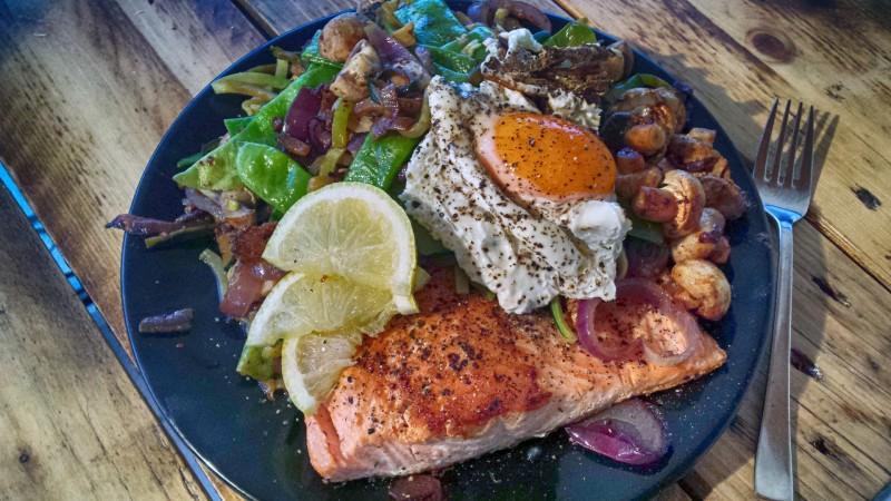 Rezept für die Renegade Diät: Lachs mit Gemüse und Ei