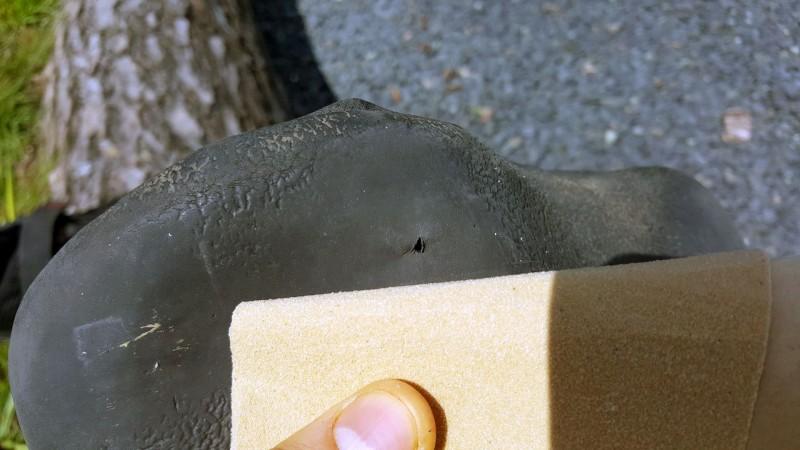 Schritt 1: Die zu flickende Stelle mit Sandpapier angeraut