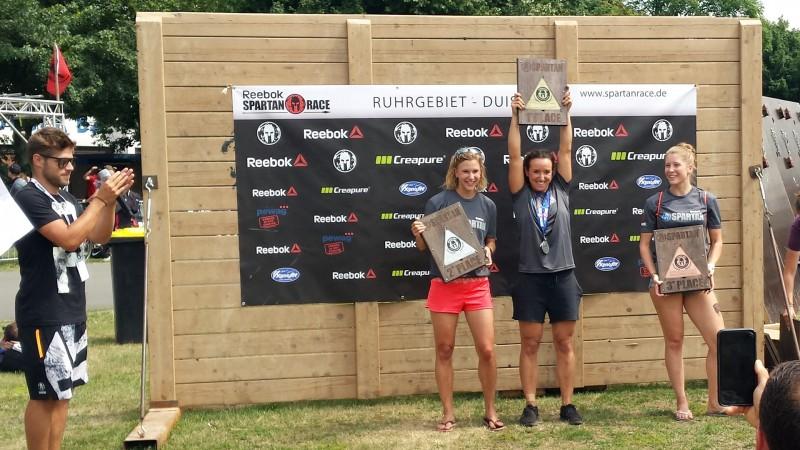 Siegerehrung der Frauen über die Super-Distanz beim Spartan Race in Duisburg 2017