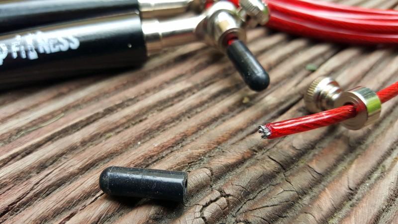 Die Länge der Litze wird häufig über eine Stellschraube festgelegt (AMRAP Fitness Solid Black)