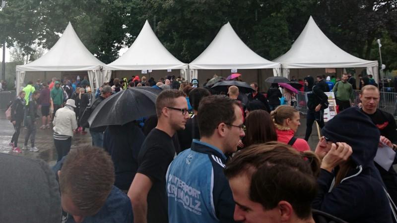 Warteschlange bei der Anmeldung beim StrongmanRun in Köln 2017