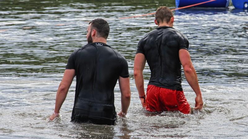 Der Gang ans Land nach einem Schwimmabschnitt