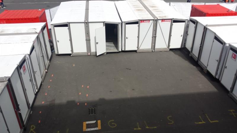 Blick auf die Dusch-Container beim StrongmanRun am Nürburgring 2017 (vor dem Lauf)