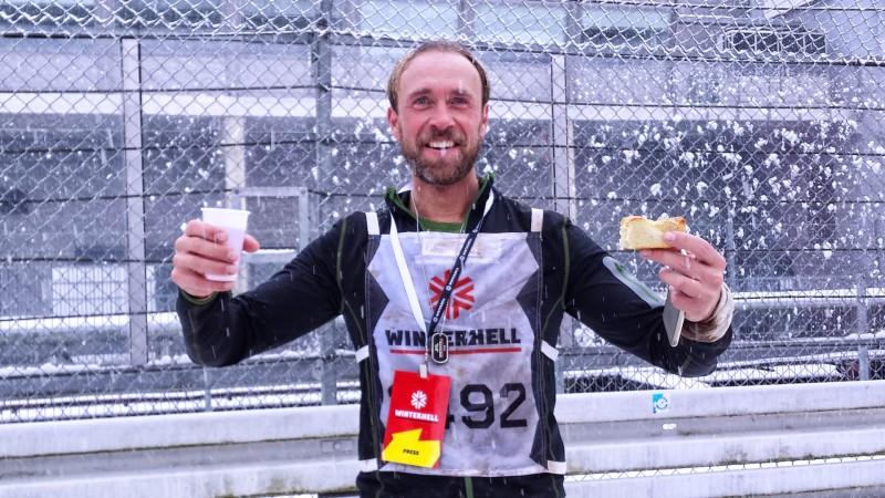 Mein Laufpartner Tom erfreut sich am Kuchen und Tee im Ziel beim Winterhell 2018