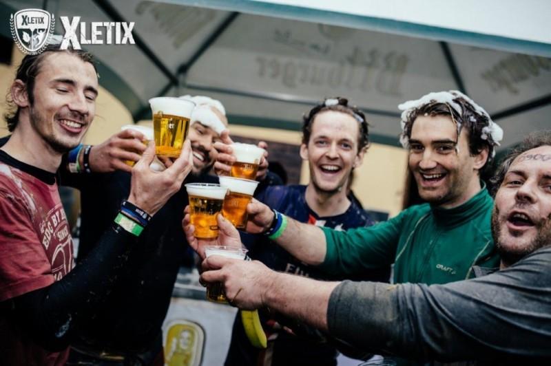 Im Ziel gibt es bei XLETIX Bier, Wasser und Bananen